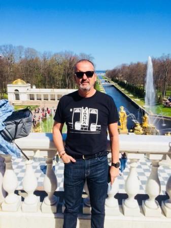 Antonio en el Palacio Peterhof, San Petersburgo, mayo 2018